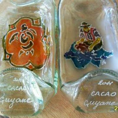 bouteilles déformées peintes.